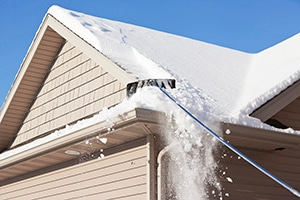 Remove winter snow from the roof using a roof rake